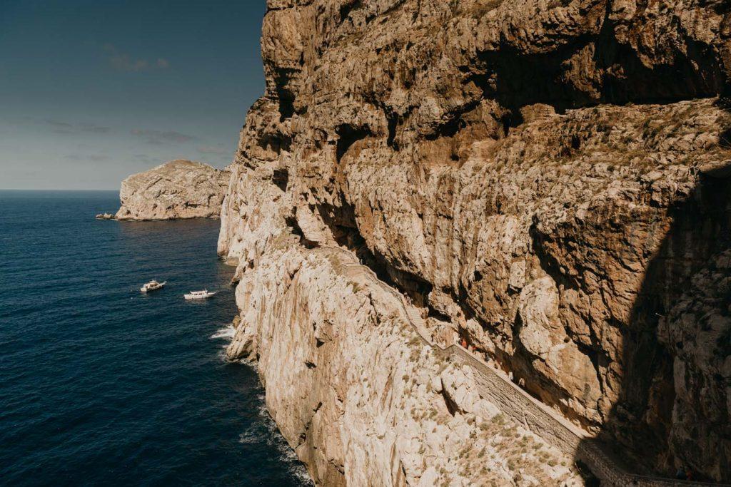 Road Trip Sardaigne - Margaux Gatti Photographe - Descente à la Grotte de Neptune