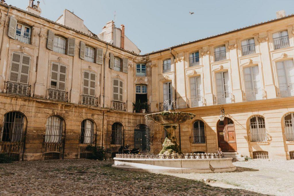 Aix-en-Provence : Place d'Albertas